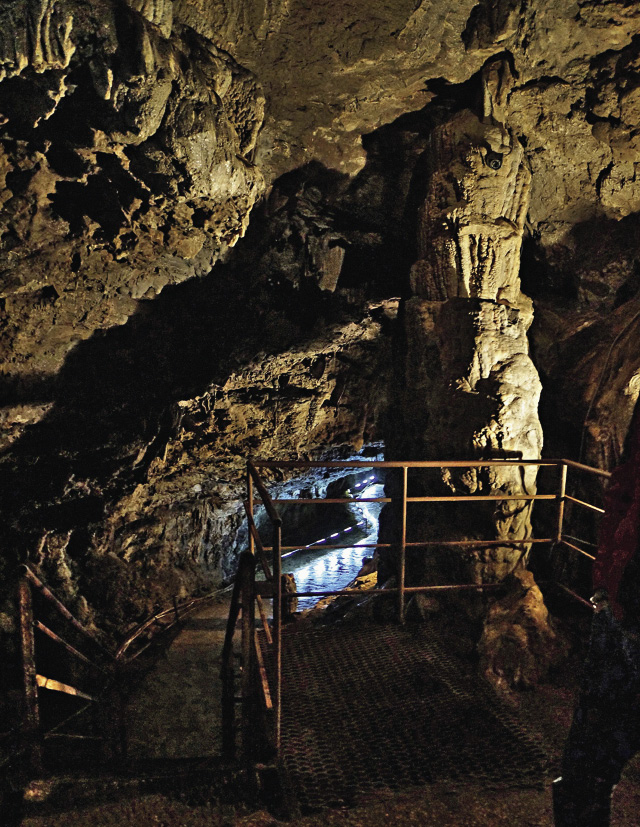 There are two levels in the Azishkaya Cave. The lower level is only open to individual visitors.